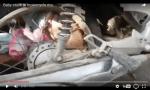 Bebé queda prensado en llanta de moto