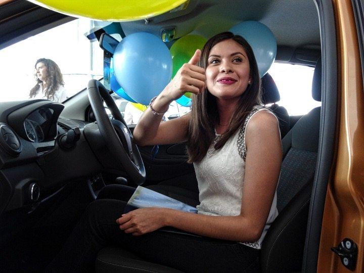 """La agencia """"Ford Pasa"""" rifó automóvil para todos los ciudadanos que acudieron a votar en las elecciones del domingo, hoy entregaron el premio a la afortunada ganadora"""