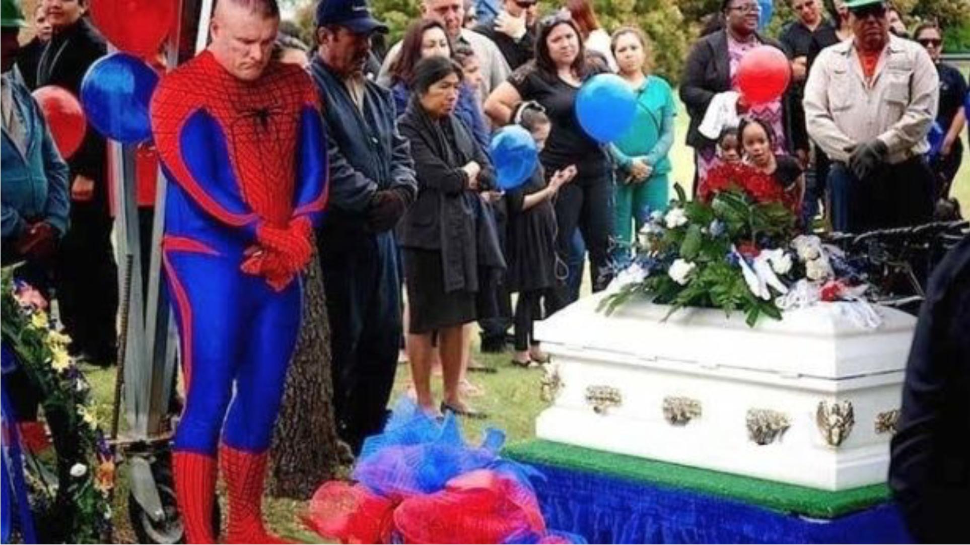 hombre araña en funeral