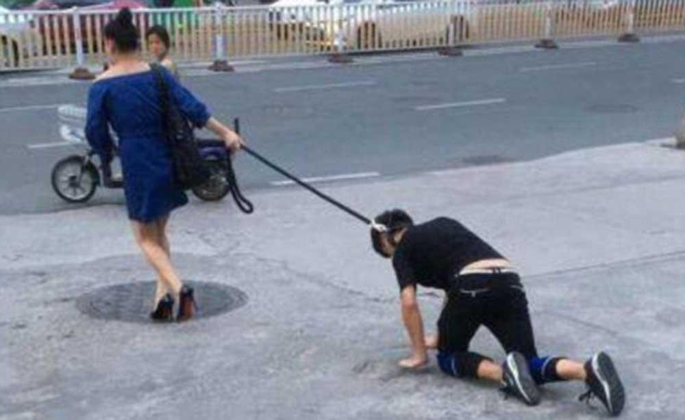 Indigna mujer que 'pasea' a su novio como perro