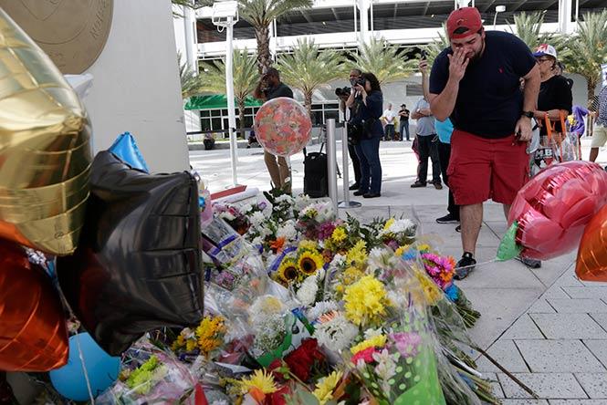 Aficionados rinden tributo a la memoria de José Fernández