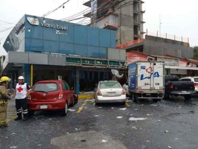 Explosión en plaza comercial de NL deja cuatro lesionados