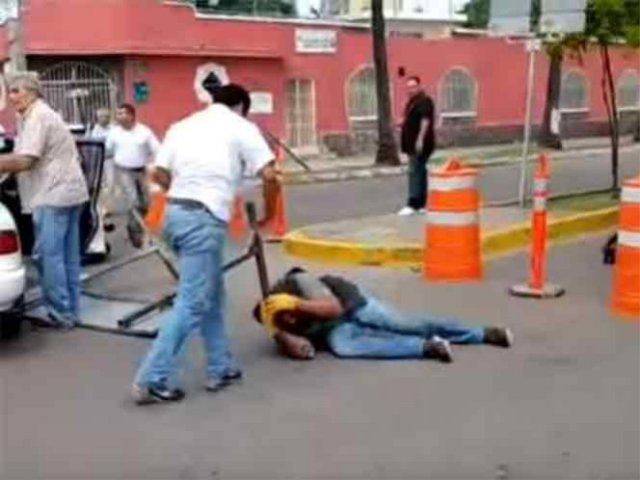 Conductor da golpiza a motociclista y ahora dice que él es la víctima