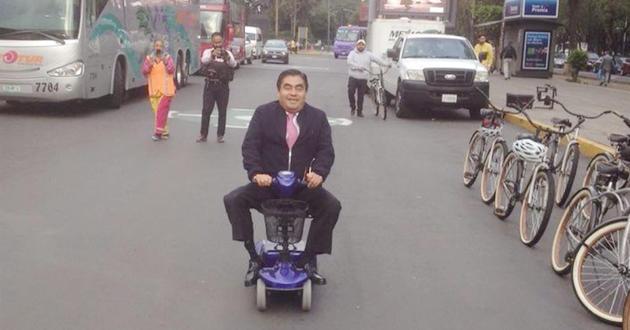 Políticos llegan a trabajar en metro, bici o patín
