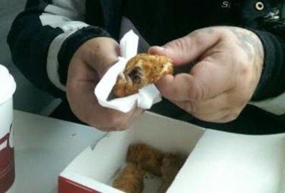 Demanda a KFC por venderle rata empanizada