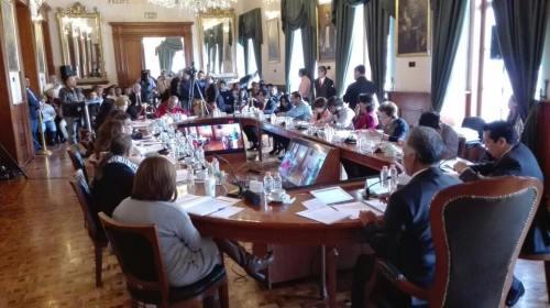 """Sacan con fuerza pública a dos ciudadanos en Cabildo """"abierto"""" de Toluca"""