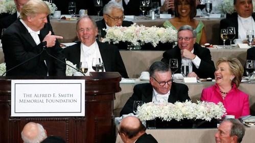 Trump y Clinton bromean juntos en una cena