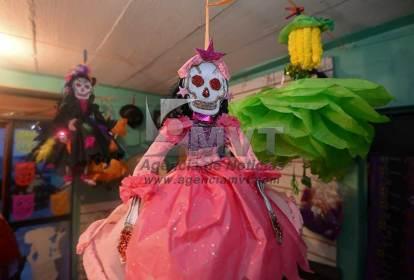 Con pasión y paciencia visten a la muerte en Metepec