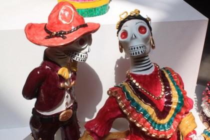 Exhibe Metepec coloridas catrinas en el palacio municipal