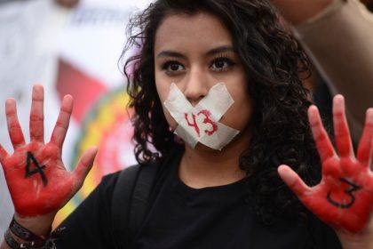 MÉXICO, D.F., 26DICIEMBRE2014.- En una marcha silenciosa miles de mexicanos acompañaron a los padres y compañeros de los estudiantes normalistas desaparecidos el pasado 26 de septiembre en Iguala, Guerrero. Mientras caminaban hacia el monumento a la revolución sobre avenida Reforma, gritaban ¡fuera Peña!, ¡fue el Estado!, ¡vivos se los llevaron, vivos los queremos!. Uno de los estudiantes menciono ante medios de comunicación que no se van a vencer, seguiremos en la lucha y exigiendo respuestas de parte del gobierno.  FOTO: ISABEL MATEOS /CUARTOSCURO.COM