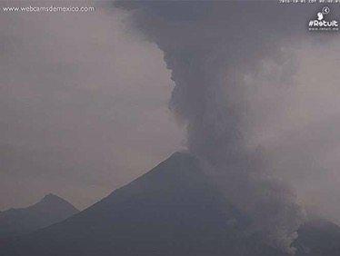 Continúa actividad en el volcán de Colima; desalojan a familias