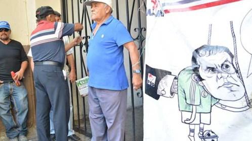 Marchan abuelitos contra el 'Cuau', por incremento de impuestos