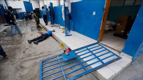 100 reos escapan de prisión y roban armamento