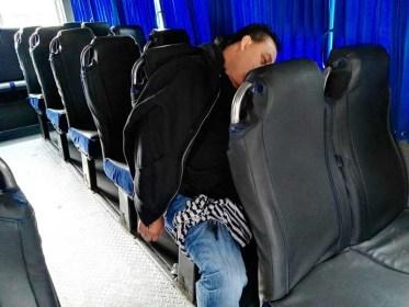Hallan cuerpo de hombre baleado en transporte público de Edoméx