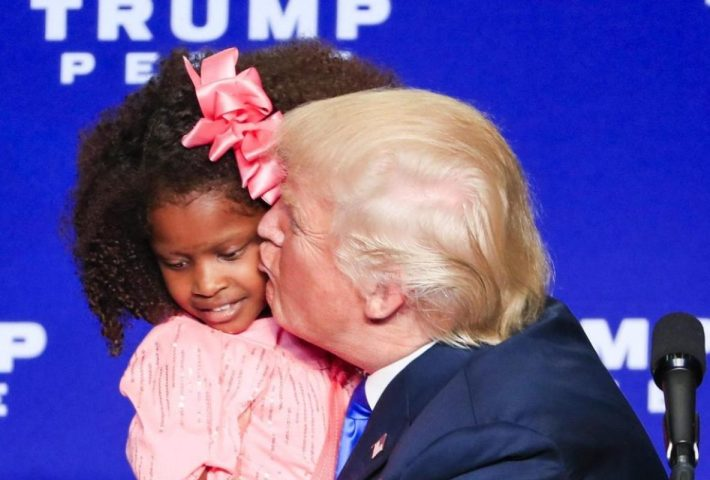 Trump intenta besar a una niña y esta no se deja