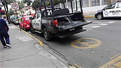 Policías de Toluca toman cerveza y manejan patrulla