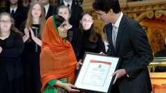 Der-kanadische-Premierminister-Justin-Trudeau-ueberreicht-die-Ehrenbuerger-Urkunde-an-die-pakistanische-Kinderrechtsaktivistin-und-Friedensnobelpreistraegerin-Malala-Yousafzai
