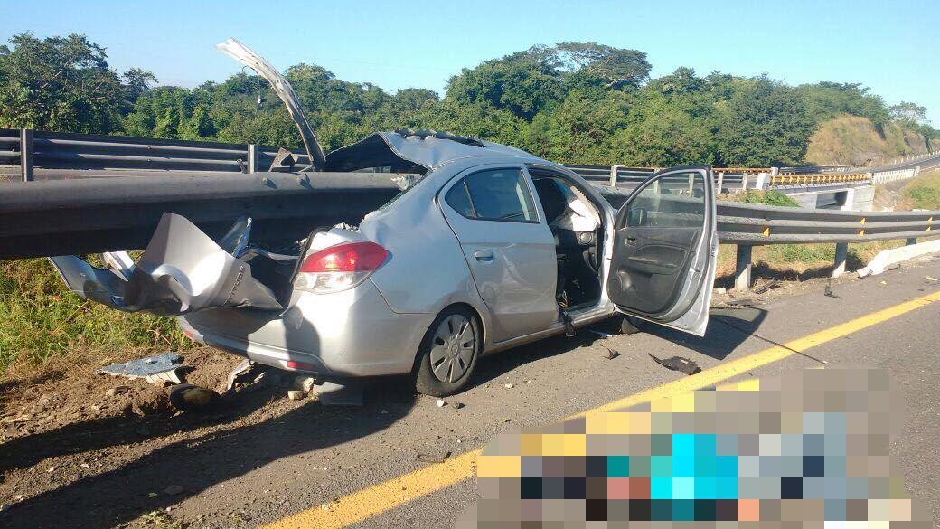 Un muerto y tres lesionados es el saldo de un terrible siniestro vial sobre la autopista Cosoleacaque -La Tinaja