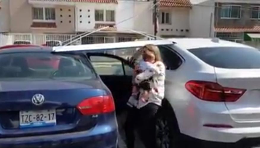 Madre deja a su bebé en el carro en medio del calor mientras desayuna con amigas