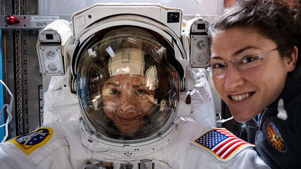 Las astronautas estadounidenses Jessica Meir y Christina Koch hicieron historia con el primer paseo espacial íntegramente femenino