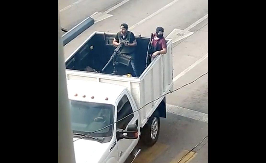 En redes sociales circulan varios videos de un comando armado cuando desata una balacera hoy en calles de Culiacán, Sinaloa.