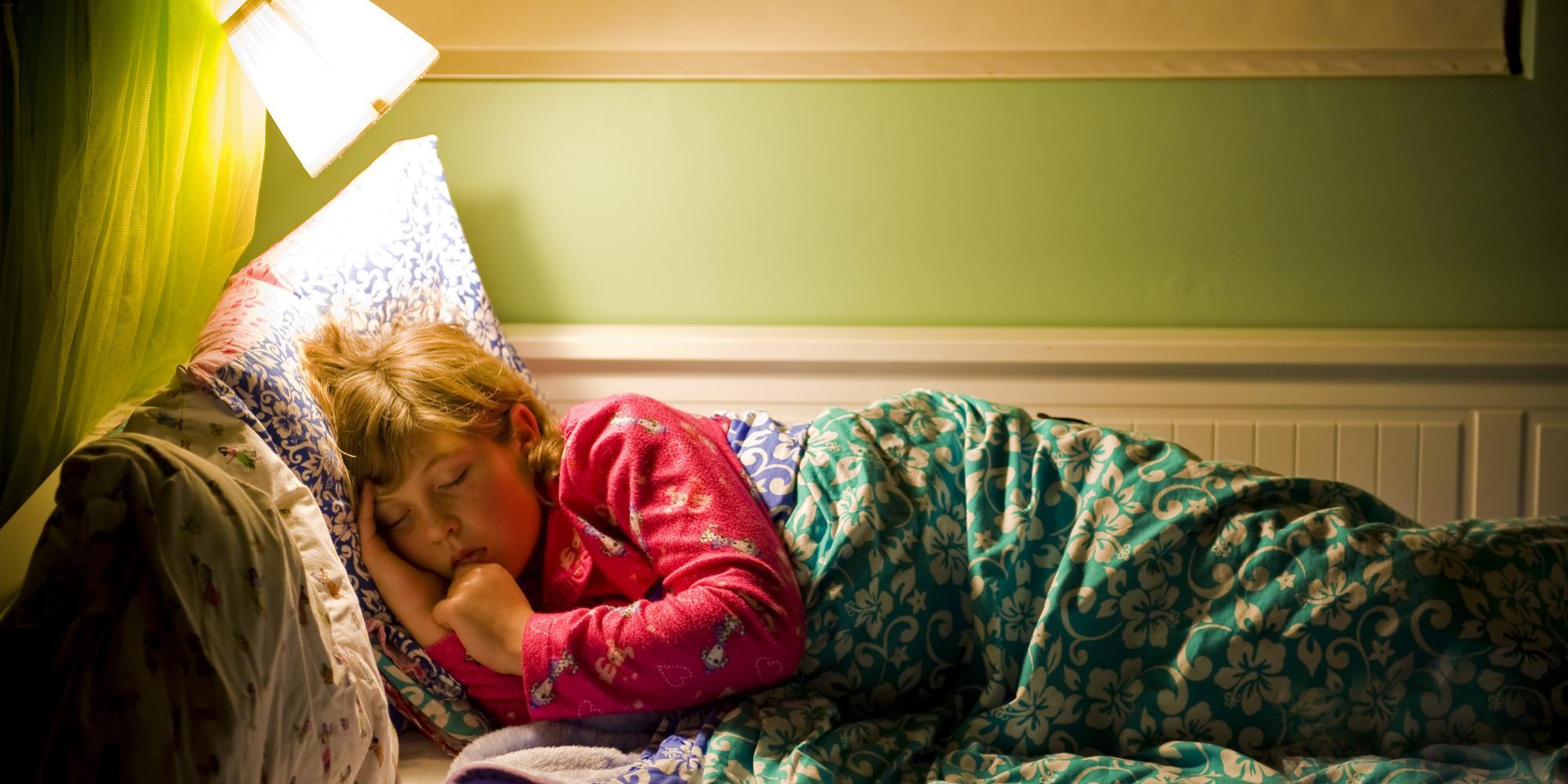 Dormir con la luz prendida aumenta de manera significativa la posibilidad de padecer aterosclerosis, una enfermedad cardíaca que puede ser mortal, reveló un estudio del Departamento de Epidemiología de la Facultad de Medicina de la Universidad de Nara, Japón.