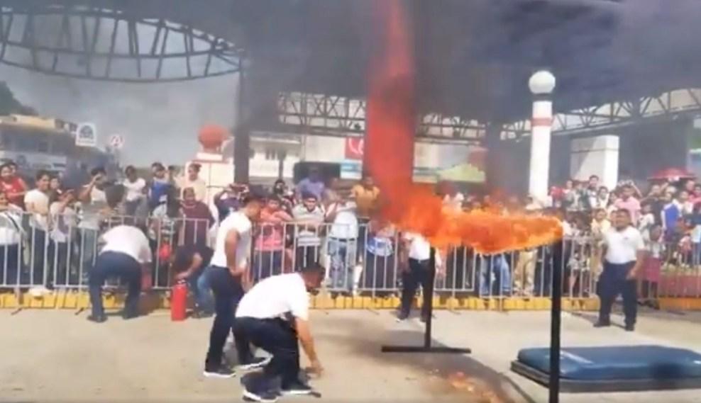 Un policía en Tabasco se quemó tras fallar en una acrobacia durante el desfile por el aniversario de la Revolución Mexicana; hasta el momento se desconoce su estado de salud.