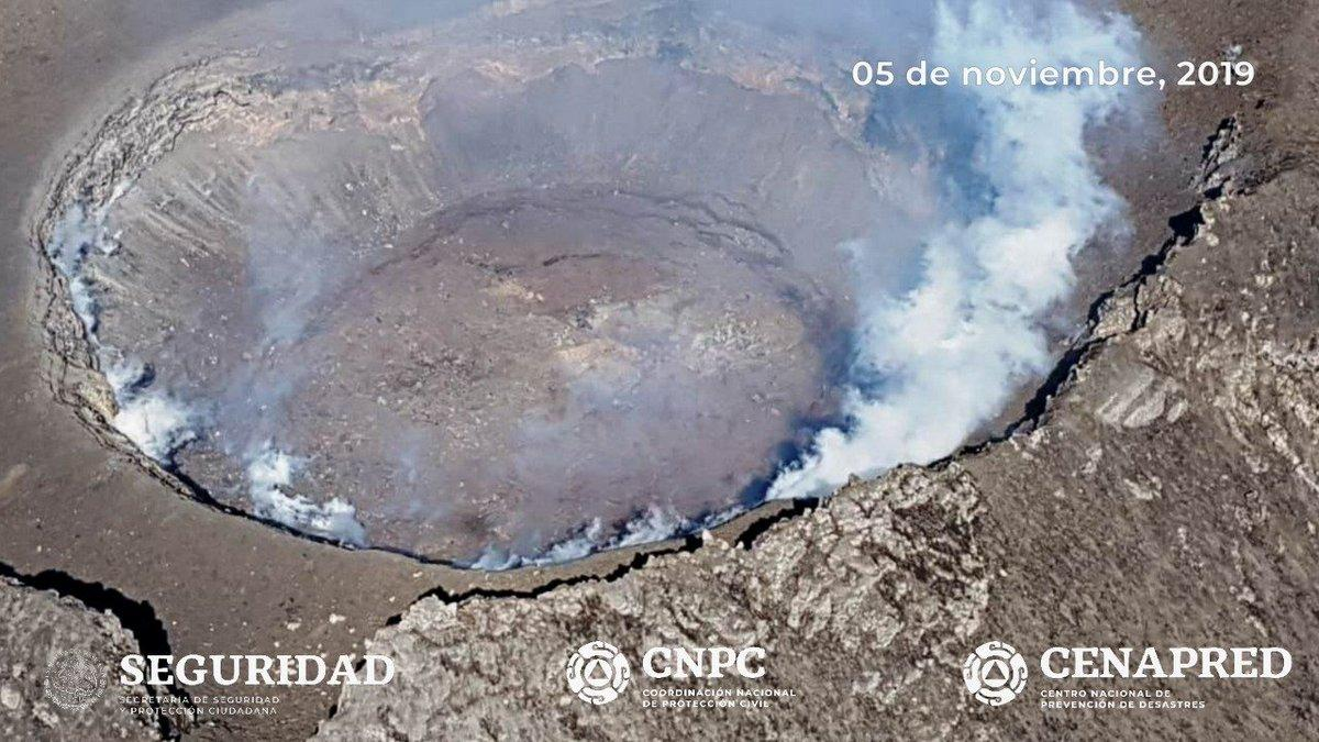 La Coordinación Nacional de Protección Civil informó que especialistas del Cenapred e investigadores de la UNAM realizaron un sobrevuelo de reconocimiento al cráter del volcán