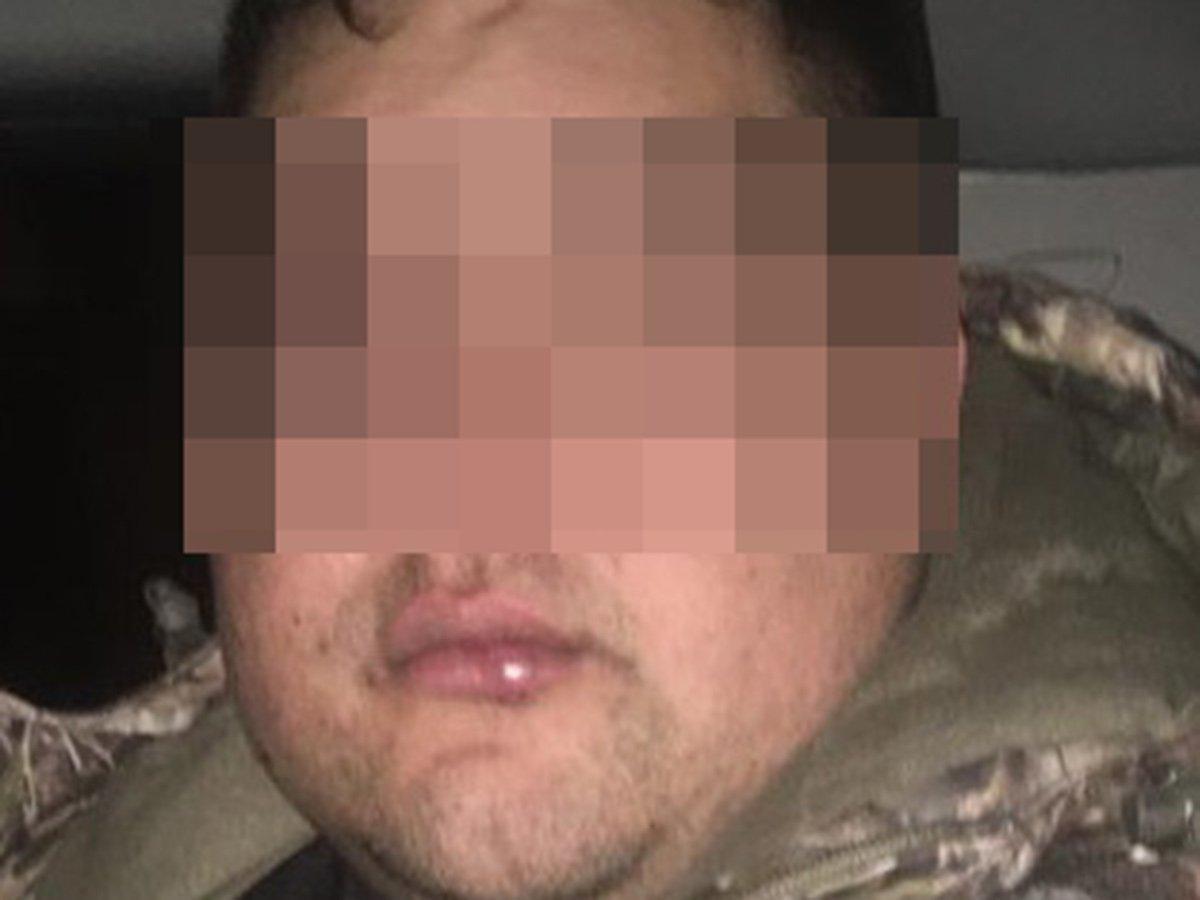 Leonardo 'N', de 30 años de edad, fue detenido en Agua Prieta, en posesión de un completo arsenal de balas y rifles de asalto, camionetas y dos personas que mantenía secuestradas