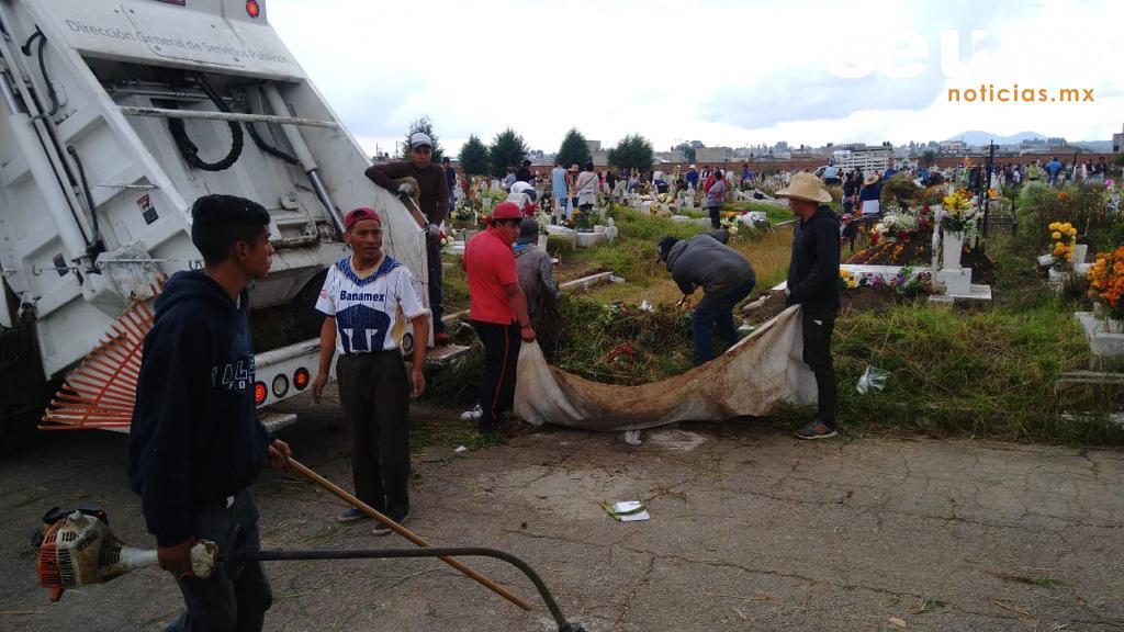 Servicios Públicos realiza limpieza de panteones en Toluca