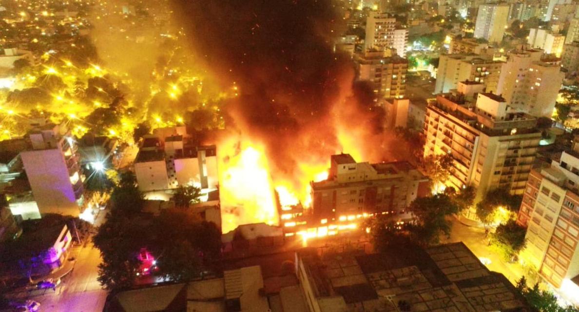 Un incendio de grandes proporciones arrasó una reconocida distribuidora del macrocentro de la ciudad y debieron ser evacuados varios edificios lindantes y otros domicilios.