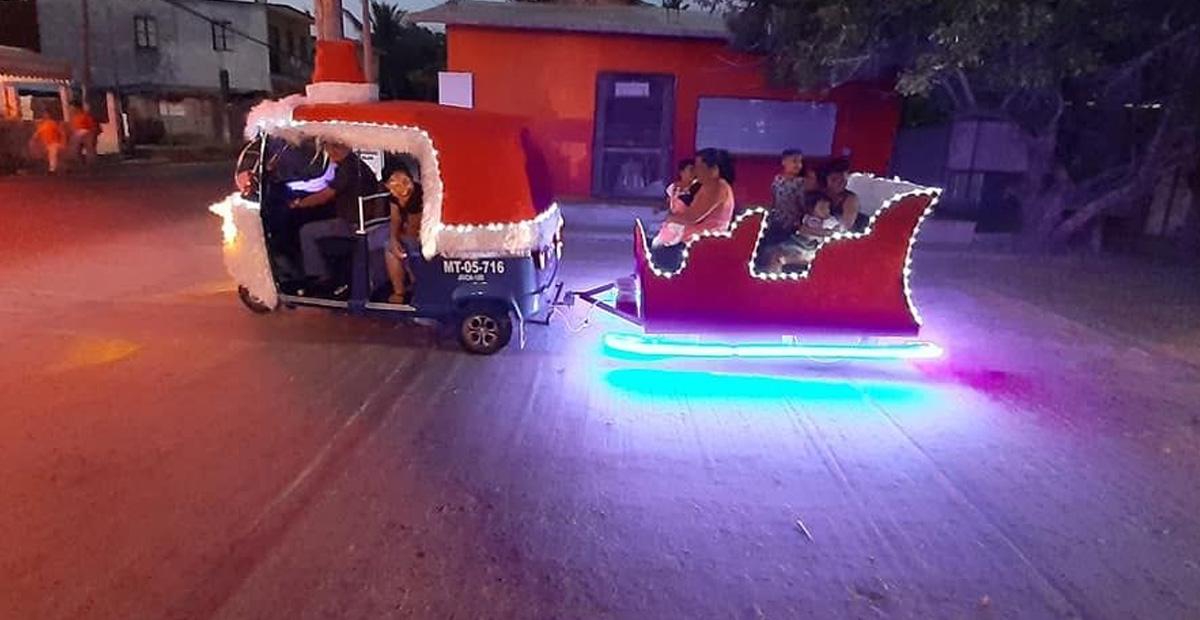 Abuelito convierte mototaxi en un trineo para niños