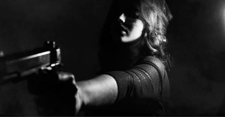 Maestra lleva pistola a escuela para amenazar a directora