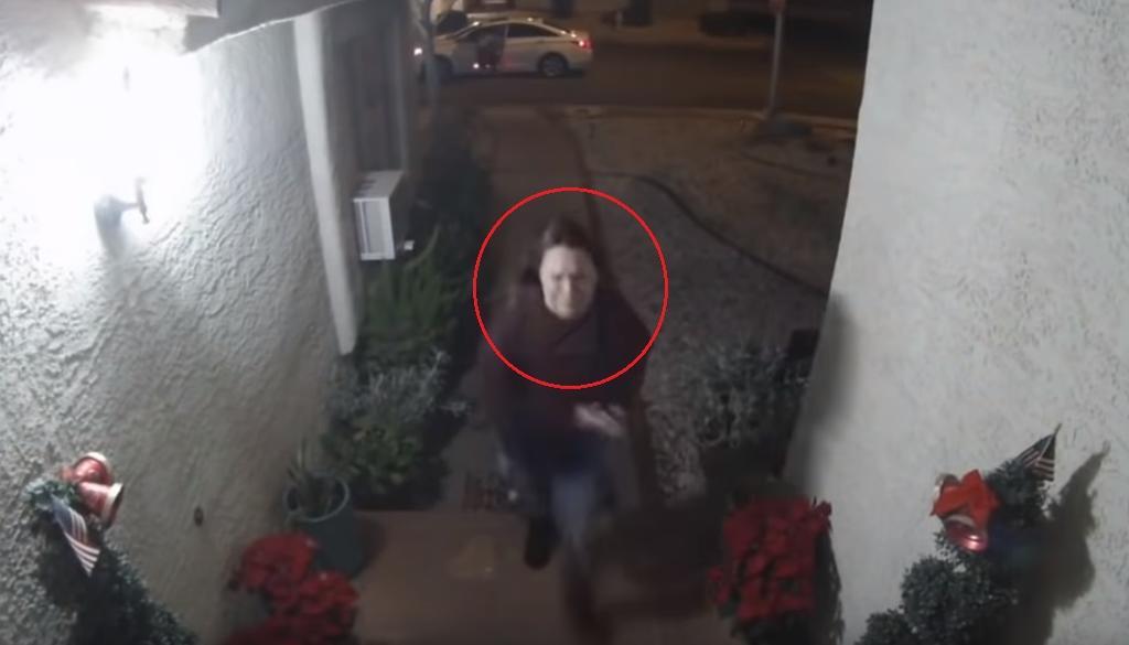 En Las Vegas, Nevada, una cámara de seguridad captó el momento en que un hombre golpea a una mujer, durante la madrugada del miércoles 1 de enero.