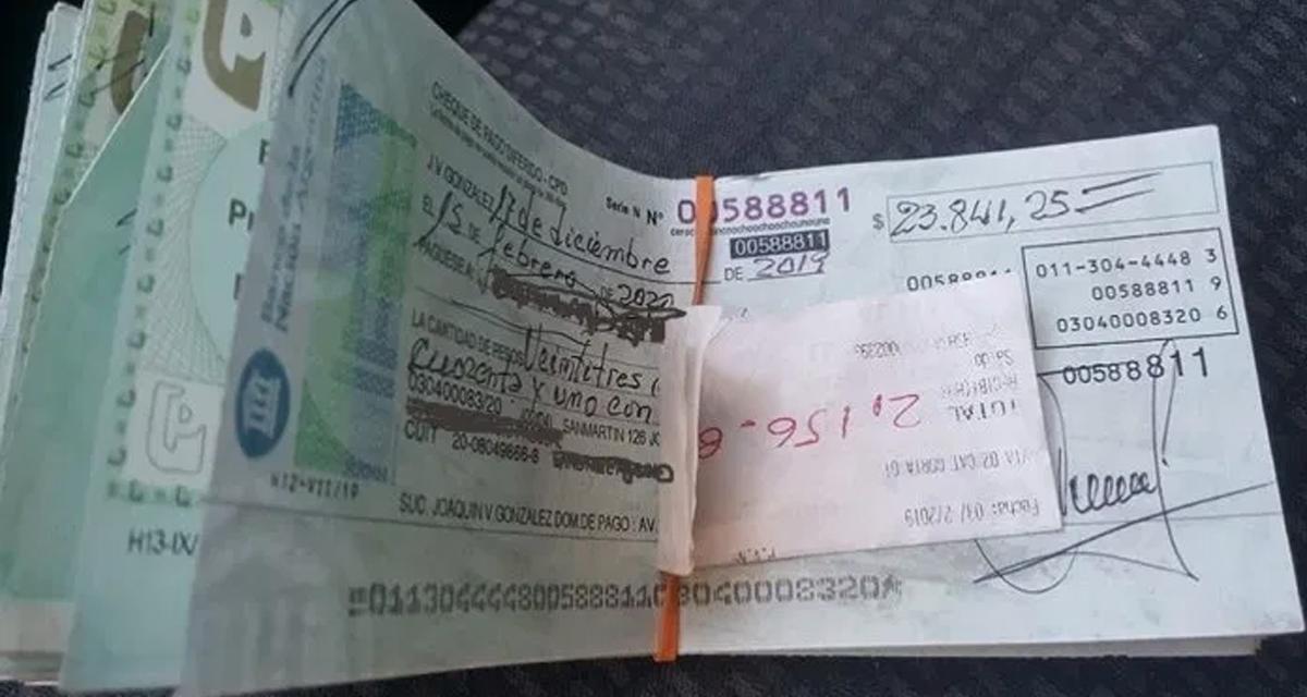 Encuentra cheques con valor de 2 millones, los regresa y lo recompensan con una pala