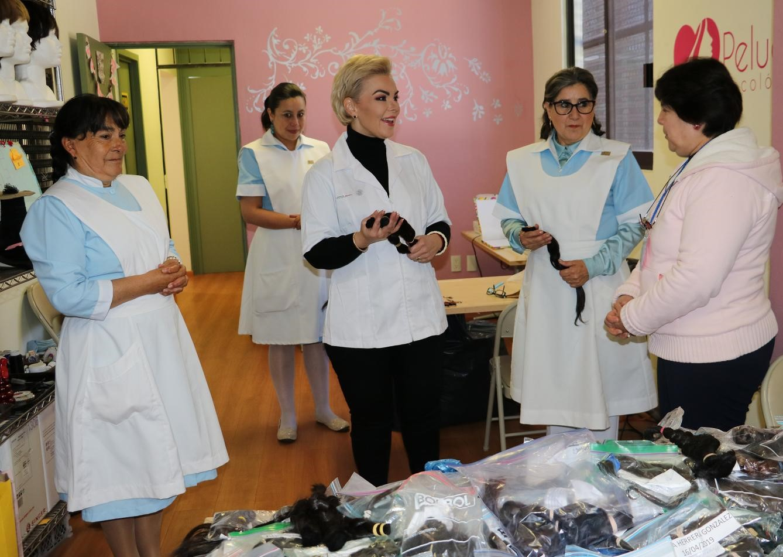 Recibe voluntariado del ISEM 4 mil trenzas para elaborar pelucas oncológicas