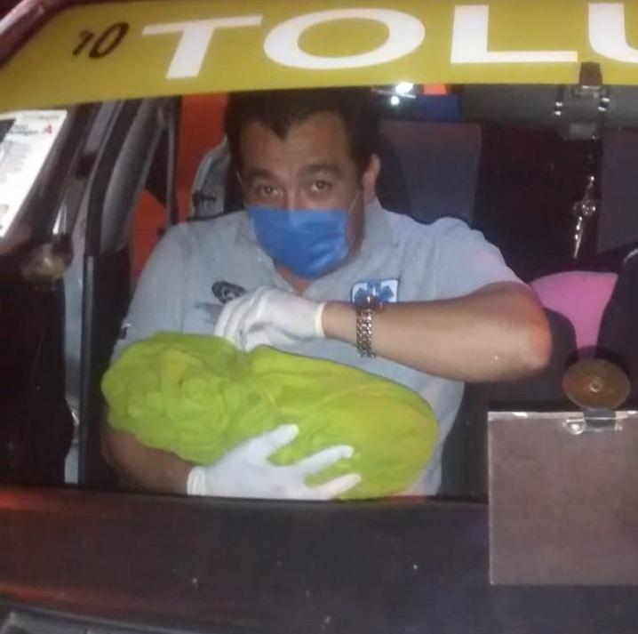 Nace bebé en un taxi en Zinacantepec
