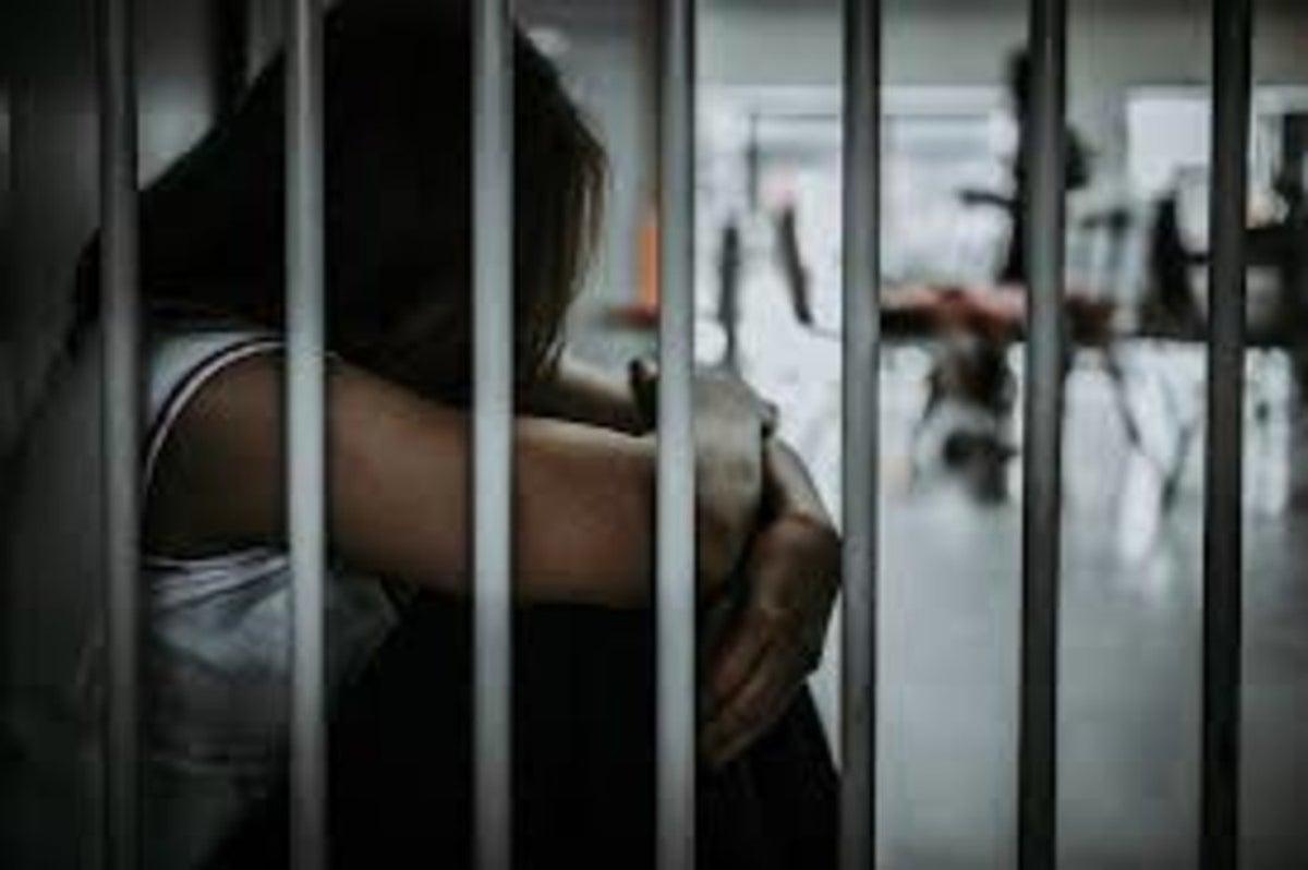 "Encarcelan ""por error"" a mujer en penal varonil; reos abusan de ella"