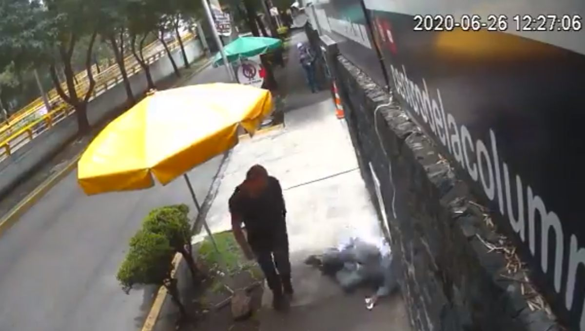 #LordBanqueta Hombre golpea a mujer y adulto mayor al caminar en la calle