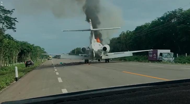 Tras enfrentamiento, aterrizan e incendian aeronave en carretera de Quintana Roo tras